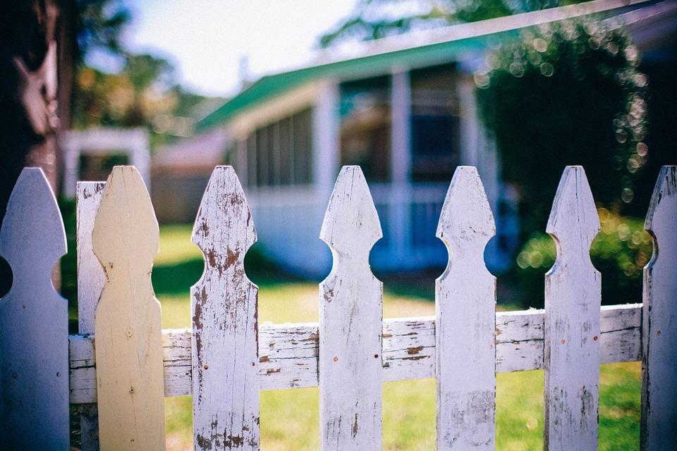 2019_0405222708_picket-fences-349713_960_720.jpg